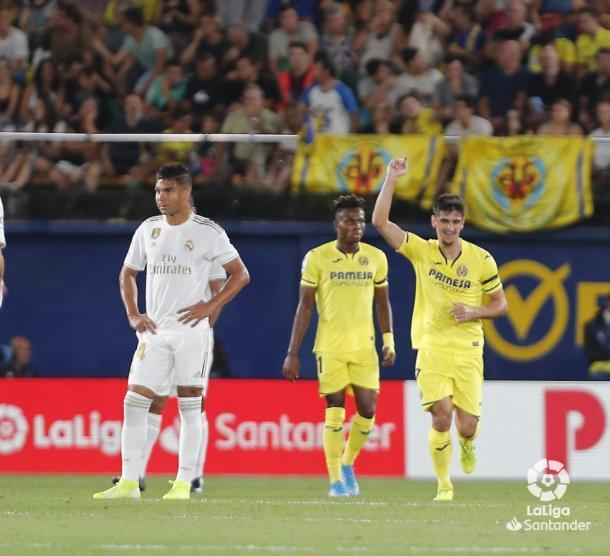 Gerard Moreno levanta la mano celebrando su gol / Foto: LaLiga