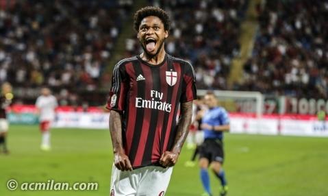 Luiz Adriano celebra uno de sus goles esta temporada.   Foto: acmilan.com