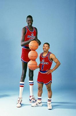 Manute Bol (2,29 m.) junto a Muggsy Bogues (1,60 m.) | Foto: Getty Images