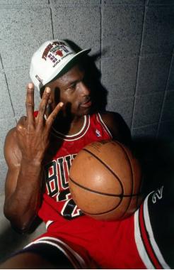Michael Jordan celebra su tercer campeonato consecutivo en una de sus fotos más famosas | Foto: Getty Images