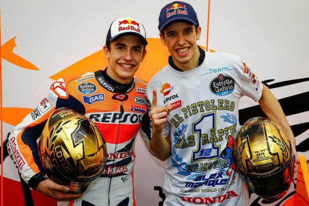 Los hermanos Márquez, luciendo sus cascos de campeones. Foto: MotoGP