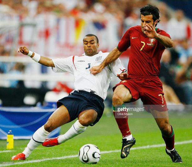 Figo e Ashley Cole no confronto do Mundial, em 2006
