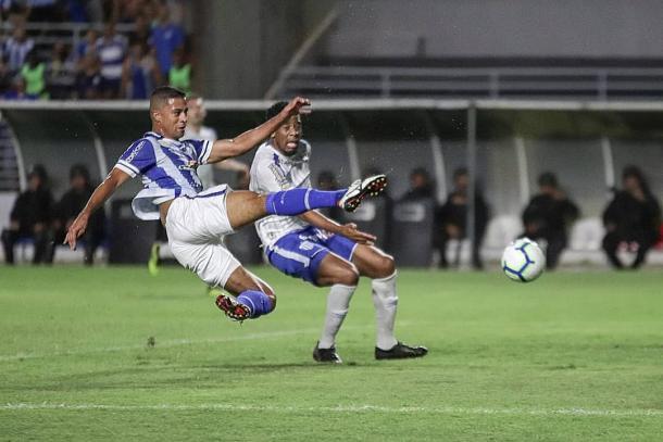 Finalização de Ricardo Bueno resultou no primeiro gol do CSA na vitória por 3 a 1 sobre o Avaí | Foto: Célio Júnior/RCortez/CSA