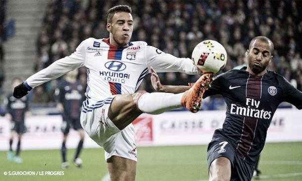 Tolisso pelea un balón con Lucas Moura // Foto: Olympique de Lyon