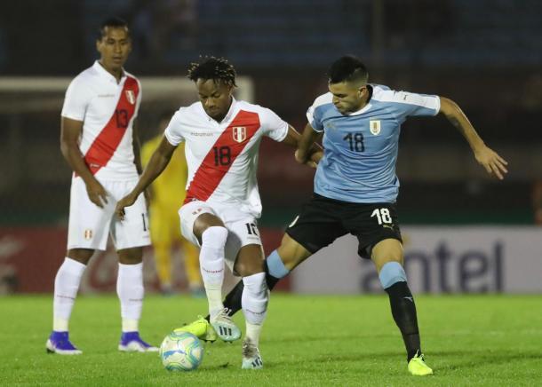 André Carrillo durante el amistoso ante Uruguay en Montevideo | Foto: FPF