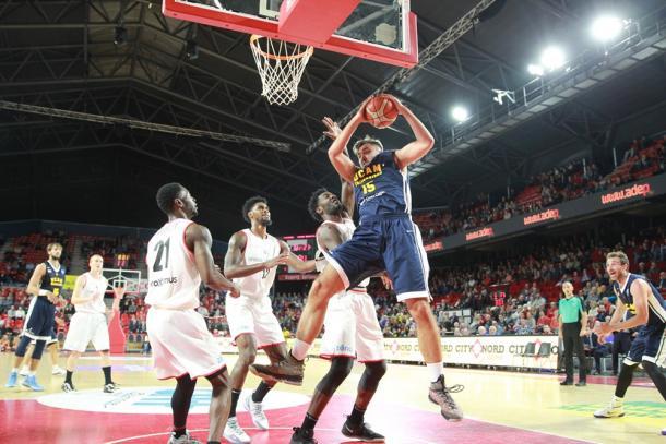 Emanuel Cate cogiendo un rebote | Foto: Basketball Champions League