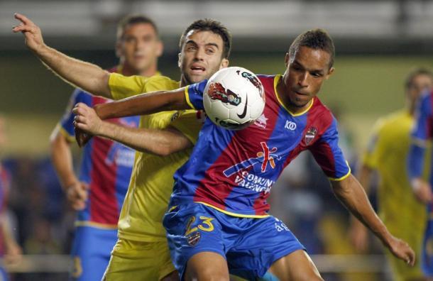 Valdo, con el Levante, protege un balón presionado por Giuseppe Rossi.