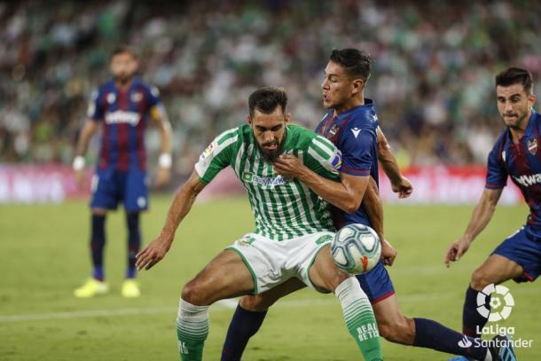 Borja Iglesias tratando de llevarse el esférico | Fotografía: LaLiga
