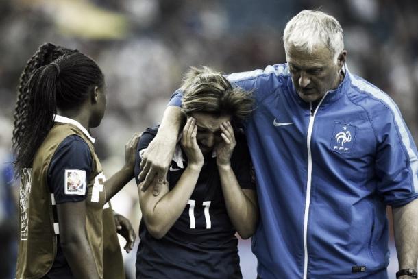 Claire Lavogez errou a cobrança da penalidade diante da Alemanha na Copa do Mundo em 2015. (Foto: rtl.fr)