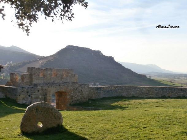 Restos de la antigua Muralla de Frías, con la Puerta del Postigo. Imagen: AlmaLeonor