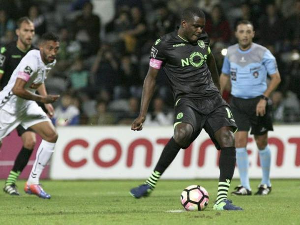William Carvalho desperdiçou uma grande penalidade aos 8'. | Foto: MaisFutebol
