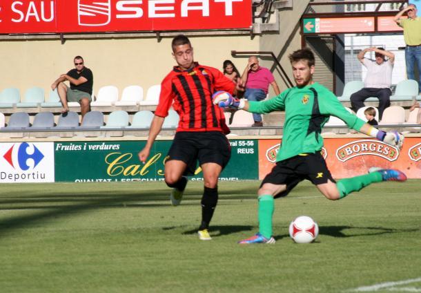 Sergio León presionando un balón de Ortolà, guardameta del Villareal B | Foto: CF Reus