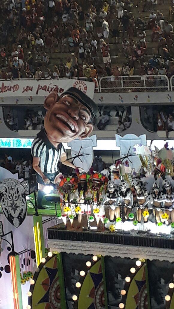 Escultura de Garrincha no último carro (Foto: Pedro Logato/VAVEL Brasil)