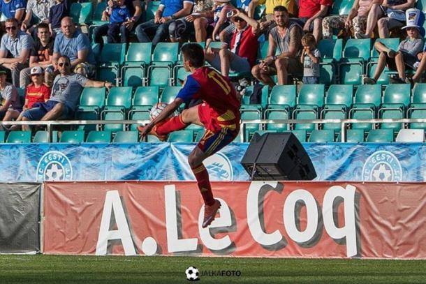 Álex controla el balón en un partido | Foto: JalkaFoto