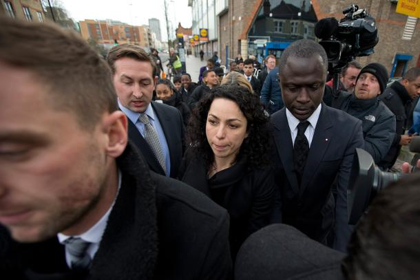 Eva Carneiro surrounded by security and the press. | Photo: AP - Associated Press