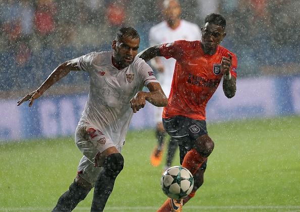 Mercado e Elia disputando a bola | Foto: Anadolu Agency/Getty Images