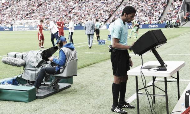 Utilização do VAR durante a Copa das Confederações 2017 | Foto: Michael Regan/Getty Images