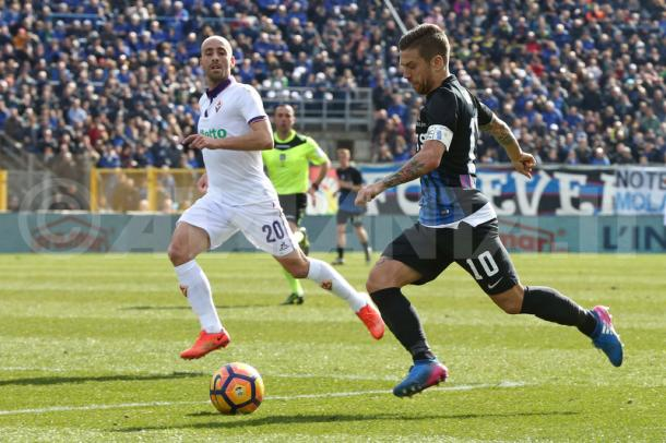 Papu in azione contro Borja Valero - Fonte: atalanta.it