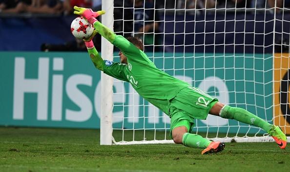 Pollersbeck pega o pênalti de Redmond pra levar a Alemanha à final (Foto: Piotr Nowak / Getty Images)