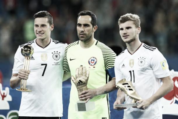 Werner (à direita) recebe o prêmio de Chuteira de Ouro da Copa das Confederações 2017   Foto: Robbie Jay Barratt - AMA/Getty Images