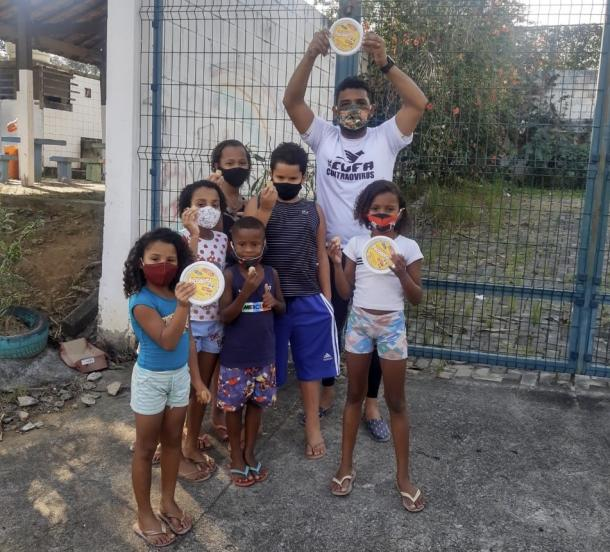 Franklin realiza ações comunitárias na Vila. (Foto: ONG Craques da Vida)