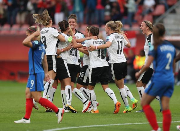 Lisa Makas was surrounded by happy teammates after giving Austria the lead | Source: Getty Images-UEFA.com