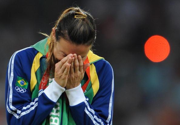Maurren se emociona após a conquista/ Foto: FABRICE COFFRINI/ AFP