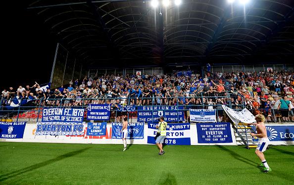 Embora a classificação tenha sido confirmada fora de casa, os torcedores do Everton estavam em peso na Eslováquia (Foto: Tony McArdle / Everton FC via Getty Images)