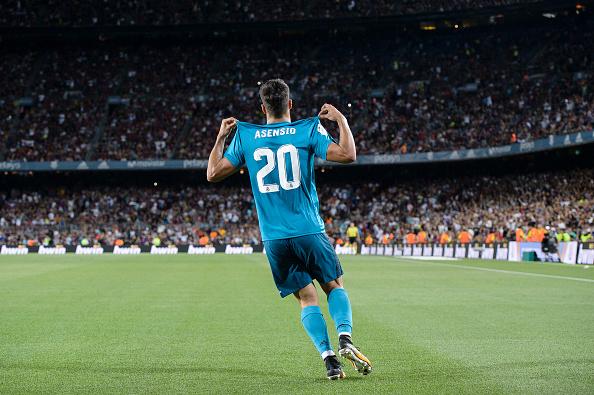 Asensio exibe seu nome e número à torcida do Barça, após anotar o terceiro gol do Real Madrid (Foto: