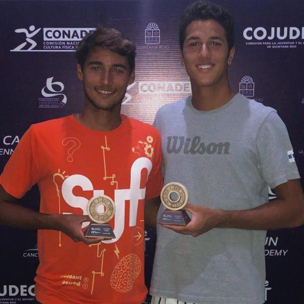 Marcondes e Alves com o troféu (Foto: Divulgação/ITF)