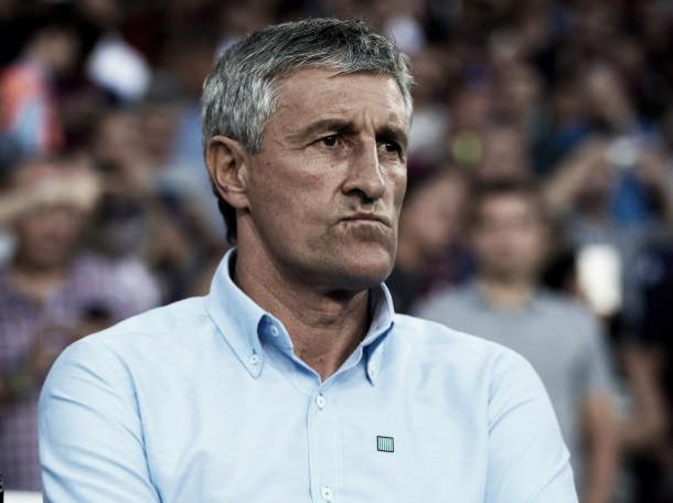 Quique Setién observa a estreia de sua equipe | Foto: Manuel Queimadelos Alonso/Getty Images