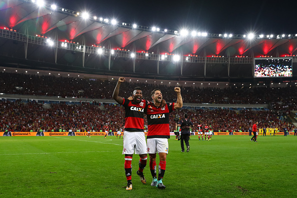 Rodinei e Diego comemoram classificação à final da Copa do Brasil no gramado do Maracanã (Foto: Buda Mendes/Getty Images)
