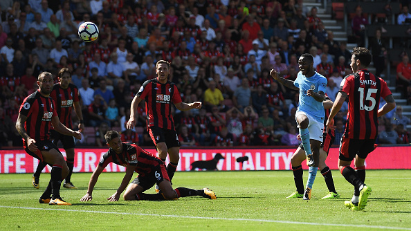 Sterling contou com sorte para conseguir o gol no fim (Foto: Mike Hewitt / Getty Images)