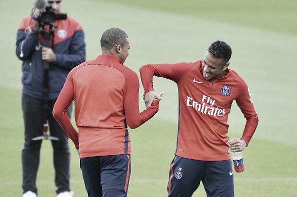 Mbappé e Neymar se divertem em treino do PSG: ambos devem ser titulares amanhã (Foto: Getty Images)