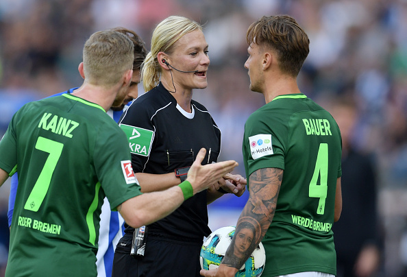 Steinhaus conversa com os jogadores do Werder Bremen (Foto: City-Press via Getty Images)