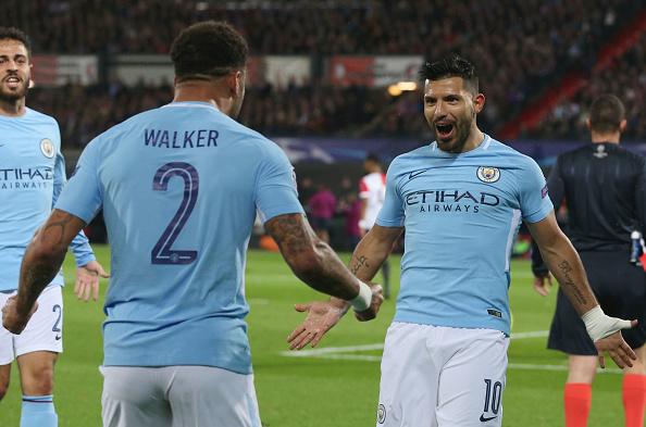 Agüero vai comemorar seu gol com Walker, jogador que fez o passe para o argentino (Foto: Foto: Victoria Haydn/Getty Images)