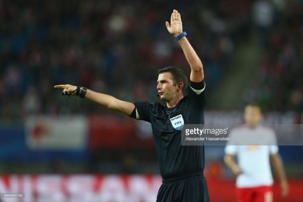 Michael Oliver, el árbitro más experimentado (Foto: Getty Images)