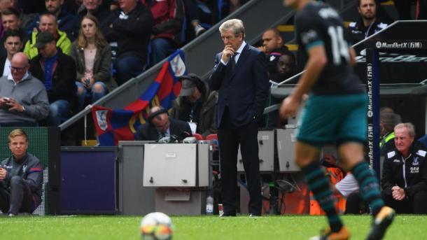 Un pensante Roy Hodgson durante el encuentro ante Southampton | Foto: Premier League.