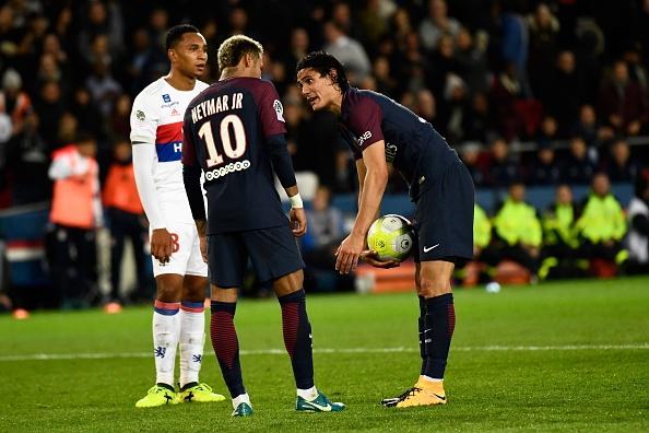 Neymar quis bater o pênalti, mas Cavani não deixou (Foto: Christophe Simon/AFP)