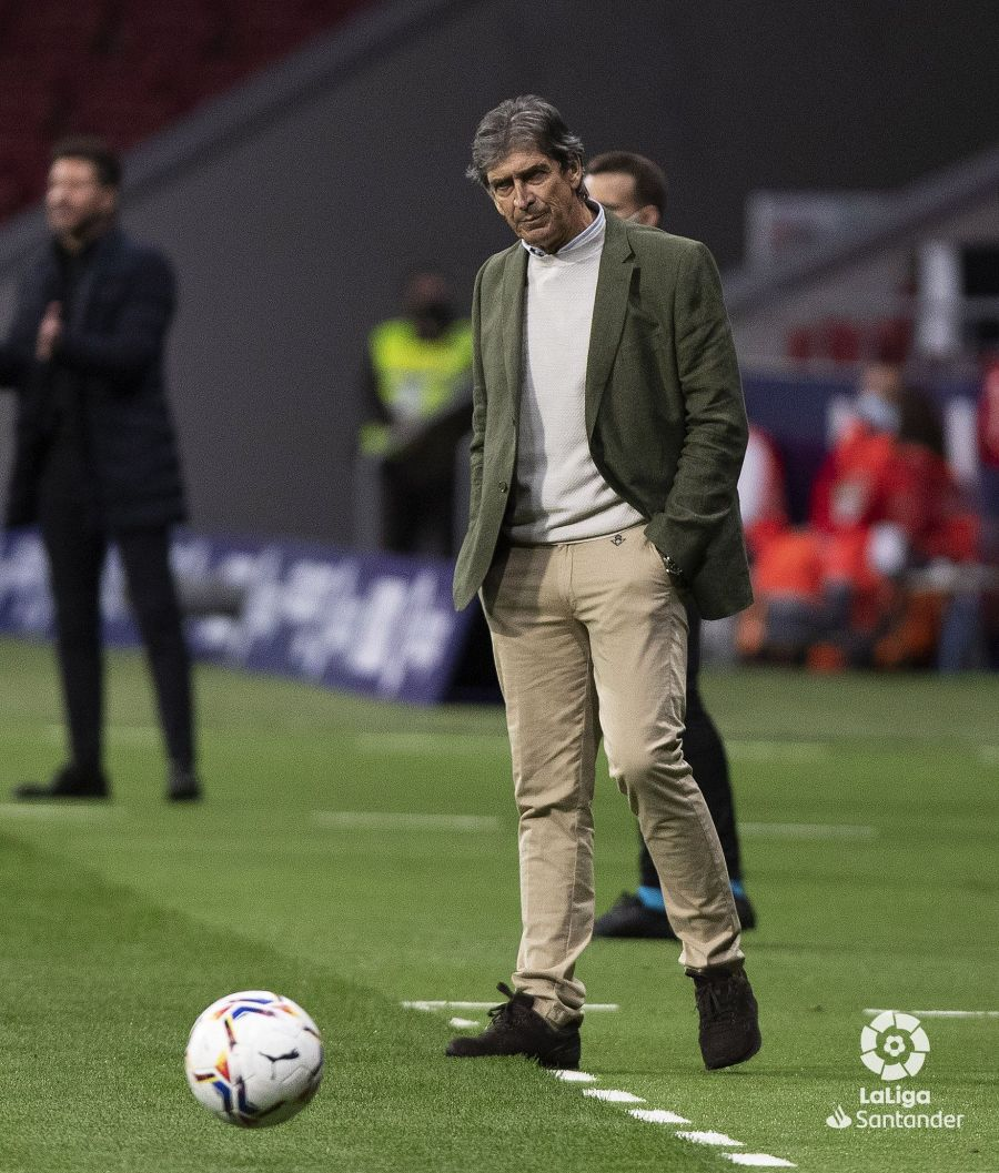 Manuel Pellegrini dando órdenes a su equipo. Fuente: Real Betis