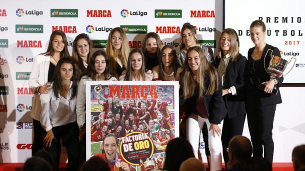 Las futbolistas galardonadas junto a la portada de Marca / Foto: La Liga