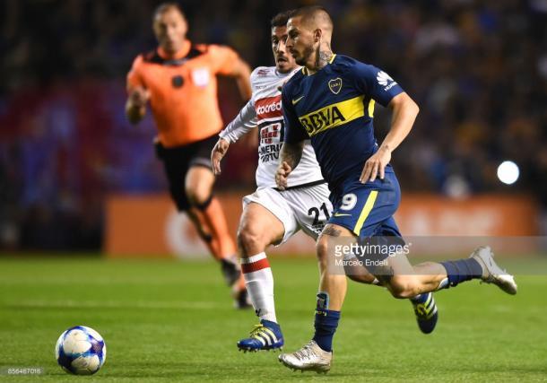 Darío Benedetto durante el partido ante Chacarita en la Bombonera (Foto: Getty Images)