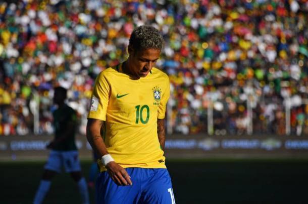 Neymar tentou, mas não conseguiu vencer o goleiro boliviano (Foto: Nelson Almeida/AFP)