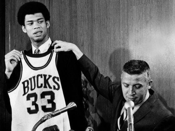 Kareem posa con la camiseta de los Bucks tras ser drafteado / Foto: Pinterest