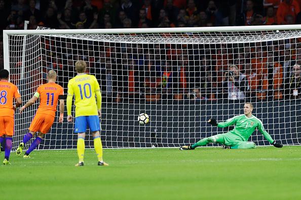 De cavadinha, Robben colocou a Holanda na frente do placar (Foto: Getty Images)