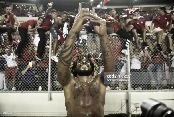 Torres comemora a classificação com a eufórica torcida panamenha. Foto: Getty Images