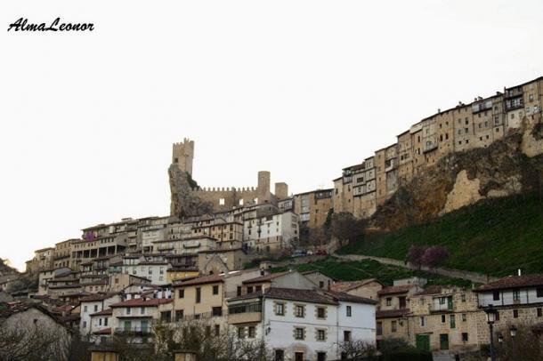 Casas Colgadas y Castillo de Frías desde el Monasterio de Vadillo. Imagen: AlmaLeonor