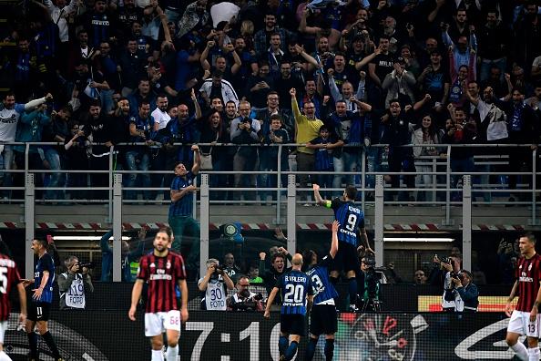 Sob a batuta de Icardi, Inter impôs a quarta derrota do Milan na Serie A 2017/18 (Foto: Miguel Medina/AFP)