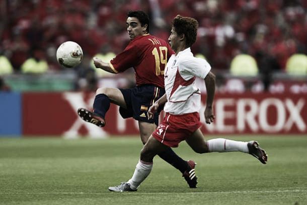 Xavi contra a Coreia do Sul em 2002 | Foto: Gary M. Prior/Getty Images