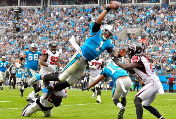 Touchdown de Cam Newton no segundo quarto (Foto: Grant Halverson/Getty Images)